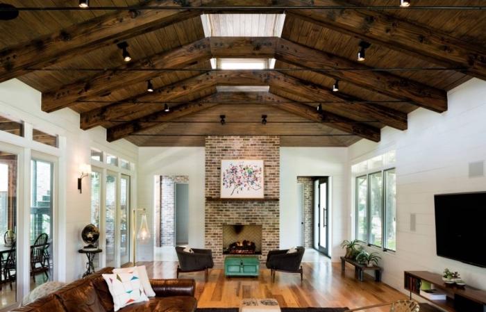 exemple d'amenagement salon rustique avec accents de style industriel, comment décorer une pièce avec cheminée et haut plafond
