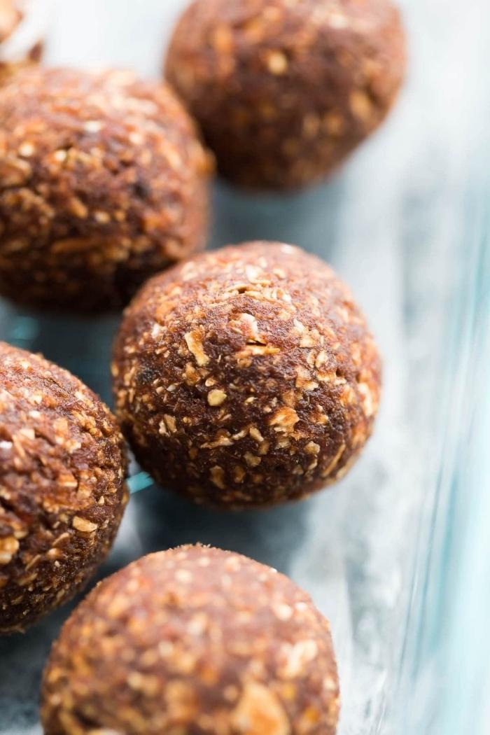 flacons d avoine, beurre de noix et noix crus, idee de recette pour diète cétogène, bombes keto faciles a faire