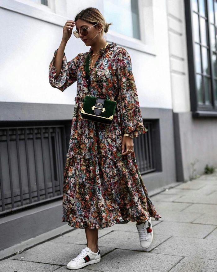 Fleurie robe longue coloré au style bohème chic, robe longue manche longue, tenue bohème, coiffure chignon bas, lunettes de soleil rondes