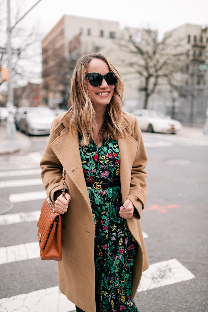 Manteau camel mi longue, idée tenue robe manche longue, adopter le style de l'automne hiver, zara robe longue fleurie