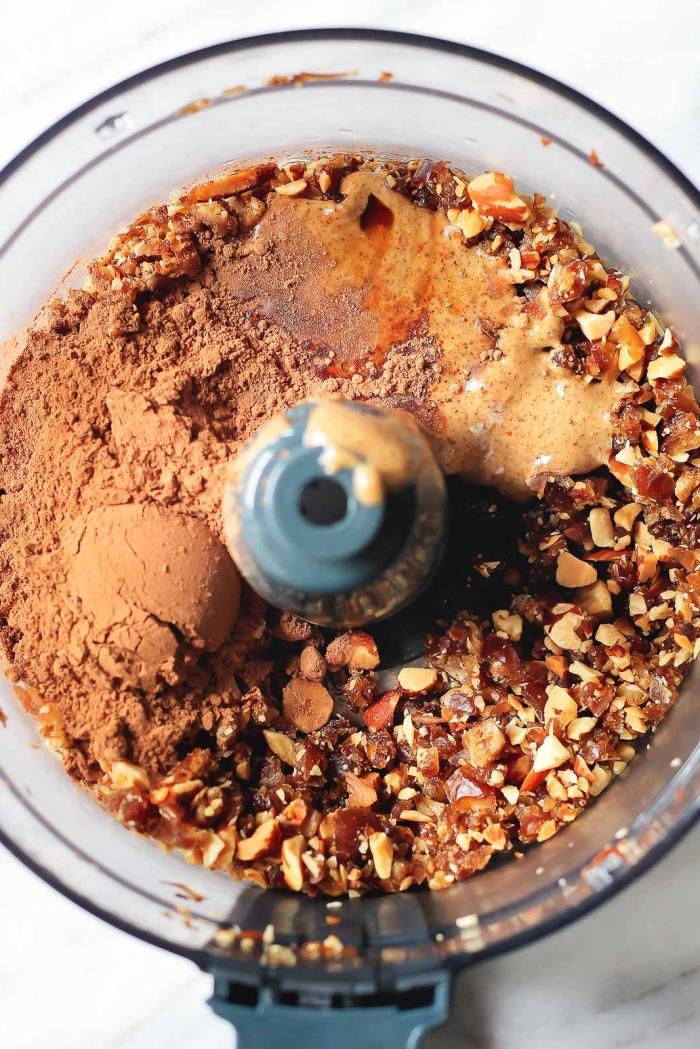 faux truffes au chocolat façon brownie au cacao, amande grillées, beurre d amande, flacons d avoine, dattes