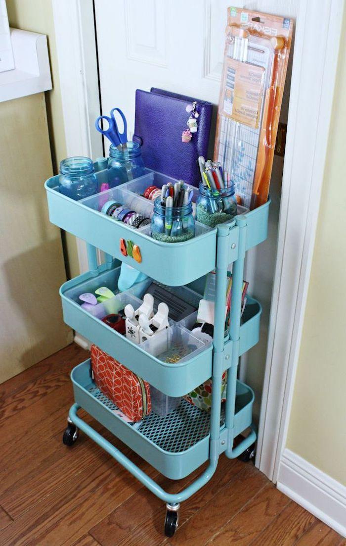 organisateur bureau diy en desserte ikea bleue avec pots en verre pour ranger fournitures de bureau et autres fournitures scolaires