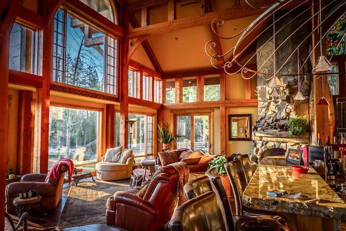 Salon deco montagne chic, deco rustique pour petit chalet montagne chic, canapés confortables avec couvertures, fenetres grandes en verre