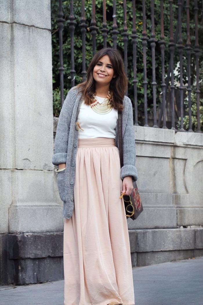 mode femme hiver, idée style vestimentaire casual chic femme, comment bien s'habiller en jupe longue rose nude