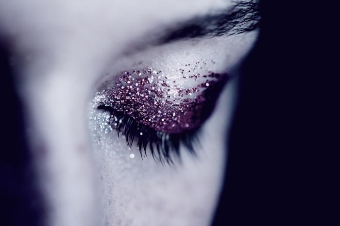 tuto maquillage halloween facile avec fond de teint blanc et fards pailletées en violet, maquillage vampire visage facile