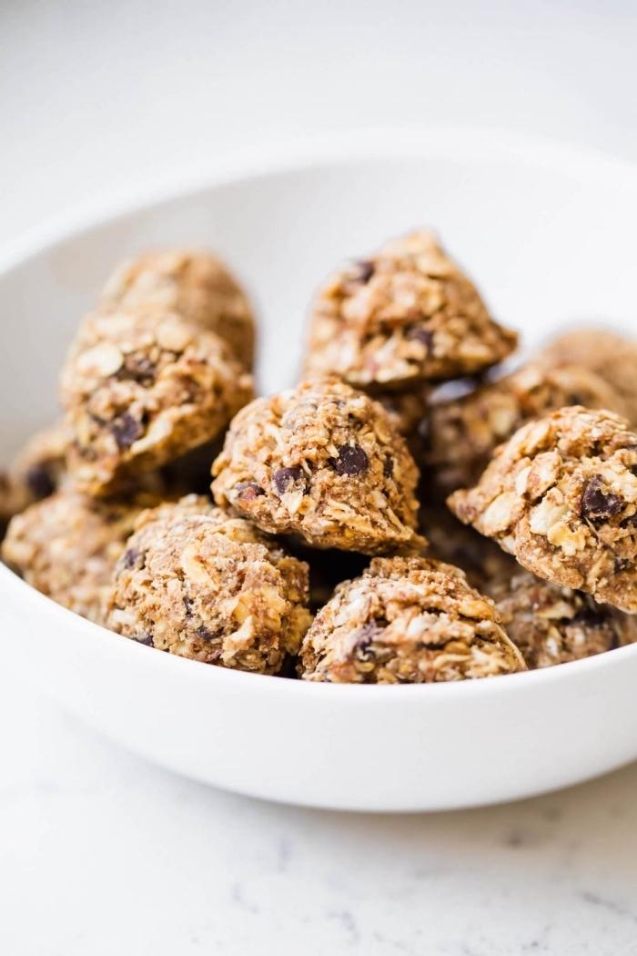 recette a base de flacon d avoine, boules energie aux flacons d avoine, noix de coco, beurre d amande, pepites de chocolat