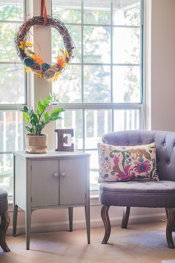 Salon joliment décoré, un placard bas petit peinte en gris avec plante verte en haut, déco salon simple et cozy, relooking meuble avant après, comment repeindre un meuble sans le poncer