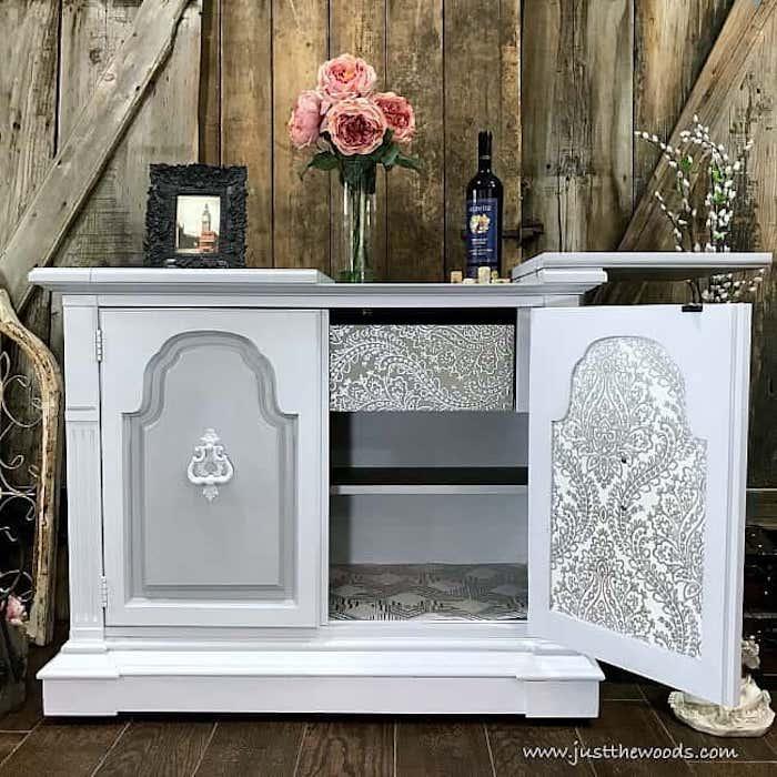 Gris placard bas avec décoration blanche, relooker un meuble en chene, comment repeindre un meuble sans le poncer