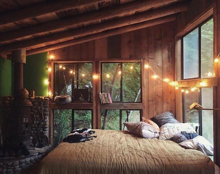 Guirlande lumineuse décoration chambre à coucher, lit petit chalet en bois, decoration montagne, déco chambre cocooning