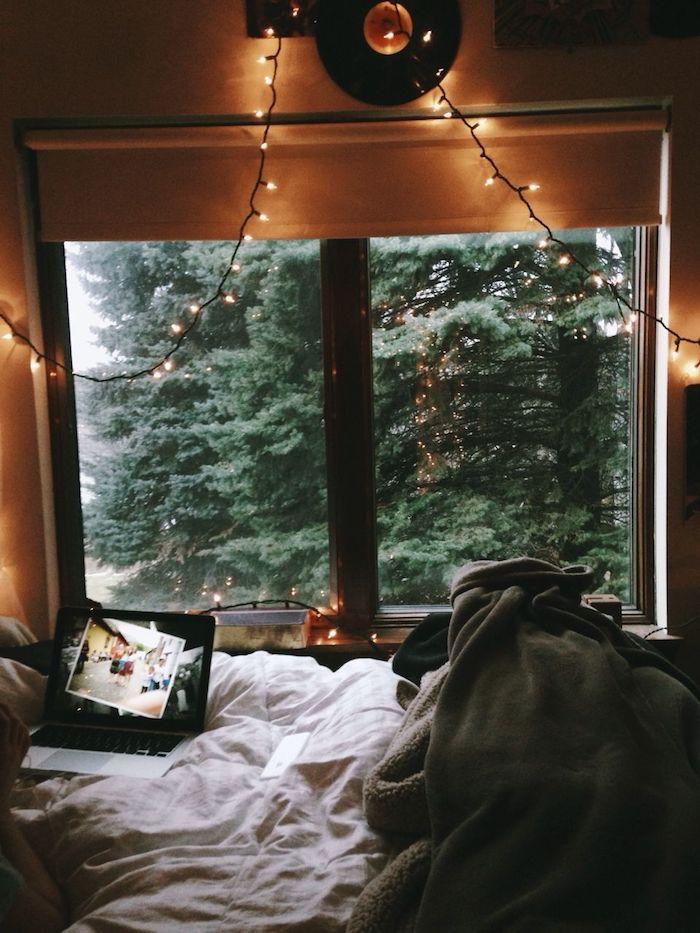 Décoration chambre à coucher hippie chic, vue arbre chalet moderne, déco chambre cocooning en bois cosy
