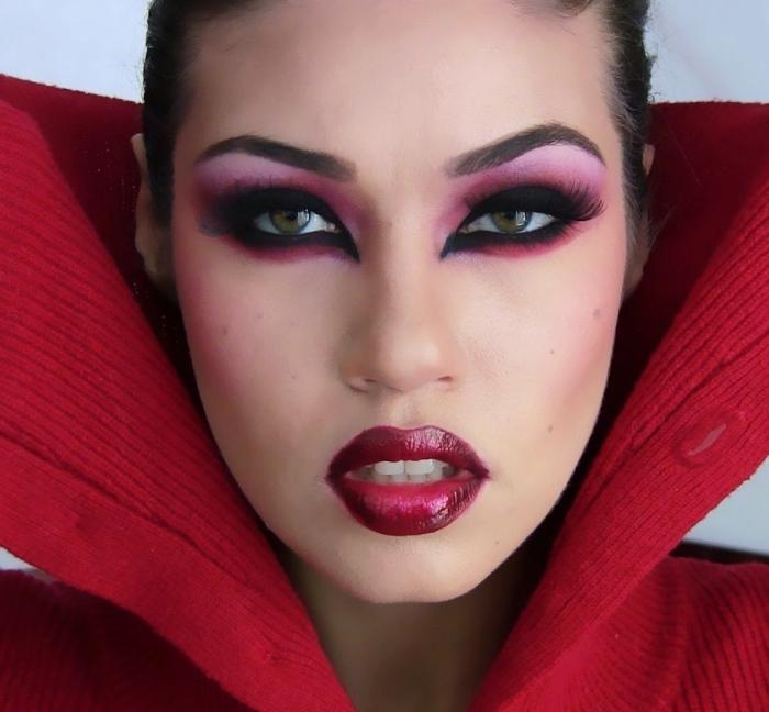 comment réussir son deguisement vampire femme, idée maquillage vampire avec ombres violet et eye-liner noir