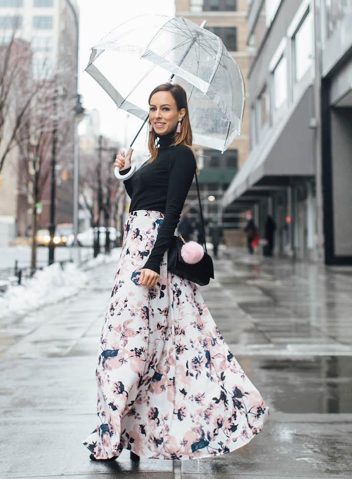 Femme sur la rue avec parapluie, idée tenue robe longue chic, ensemble robe et pull noire étroite