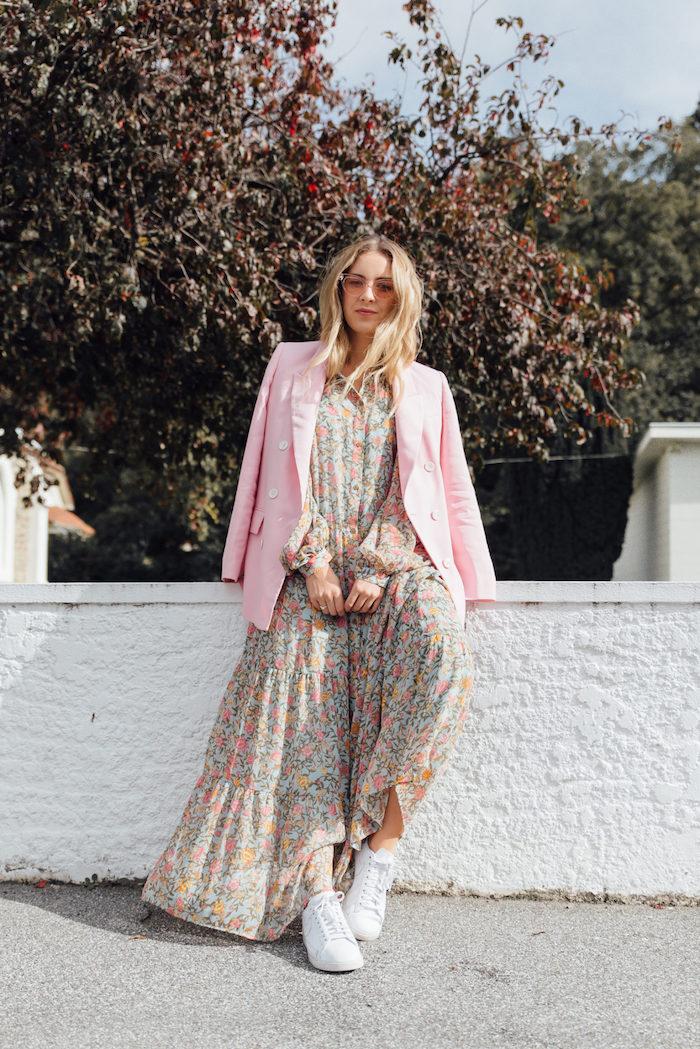 Veste rose robe chemise longue, tenue hiver femme style décontracté chic, tenue basket blanche avec longue robe fleurie