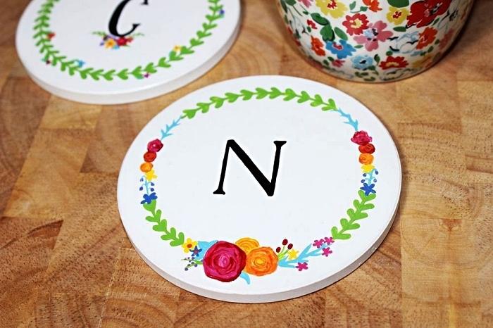 dessous de verre en céramique décorée avec de la peinture à porcelaine, idées pour peindre sur porcelaine