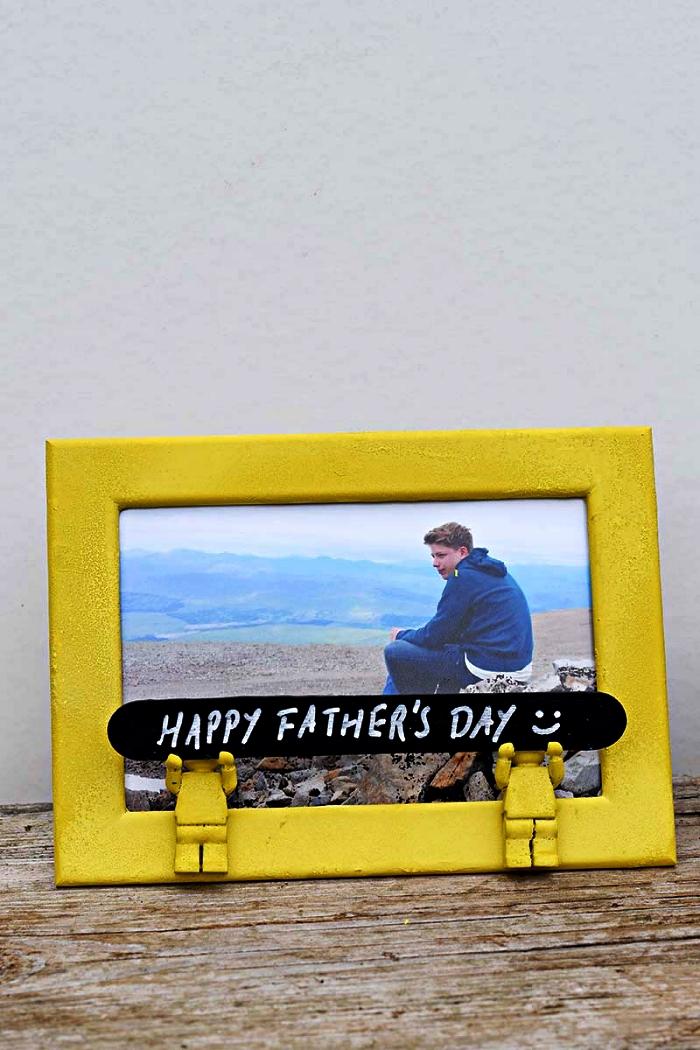 idée de cadeau personnalisé pour la fête des mères, cadre photo peint en jaune et décoré avec des figurines lego