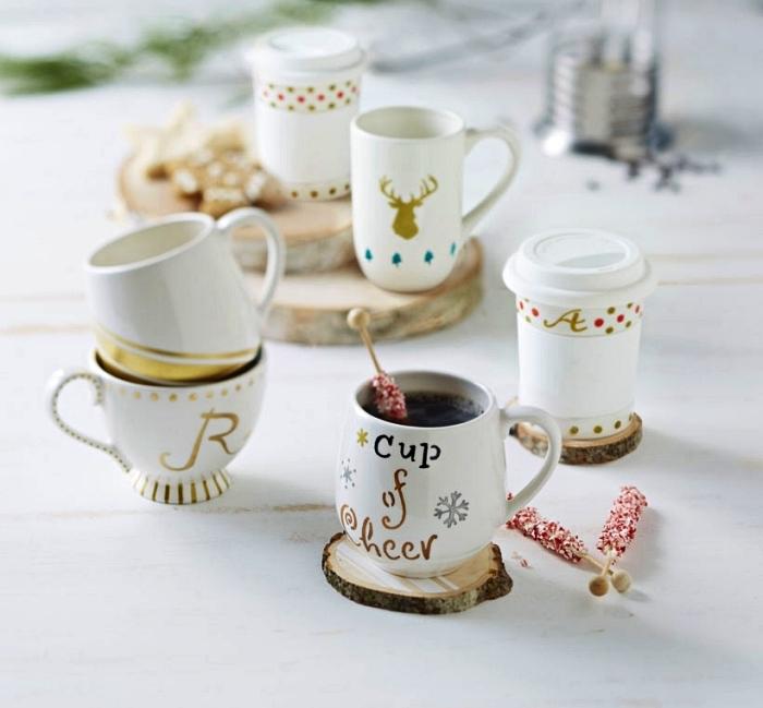 travaux manuels adultes sur le thème de noë, tasses à café personnalisées avec de la peinture à porcelaine dorée