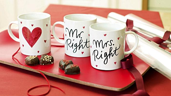 travaux manuels à réaliser soi-même pour la saint-valentin, décorer des mugs au feutre porcelaine