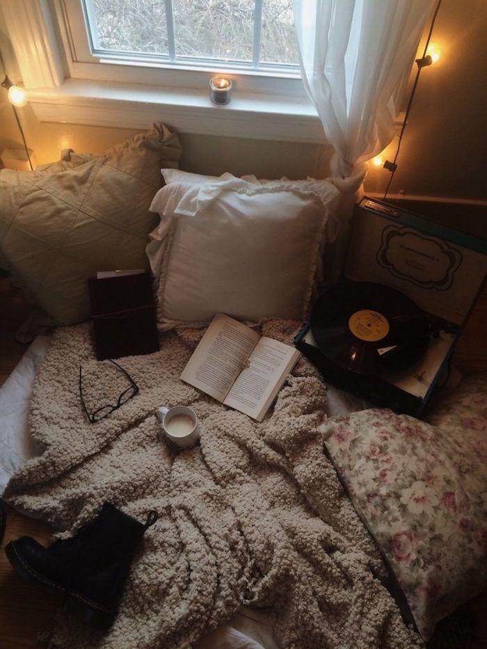 Guirlande lumineuse deco montagne, décoration chambre à coucher rustique, chambre avec lit confortable et livre sur le lit, cool idée déco pour boire son café