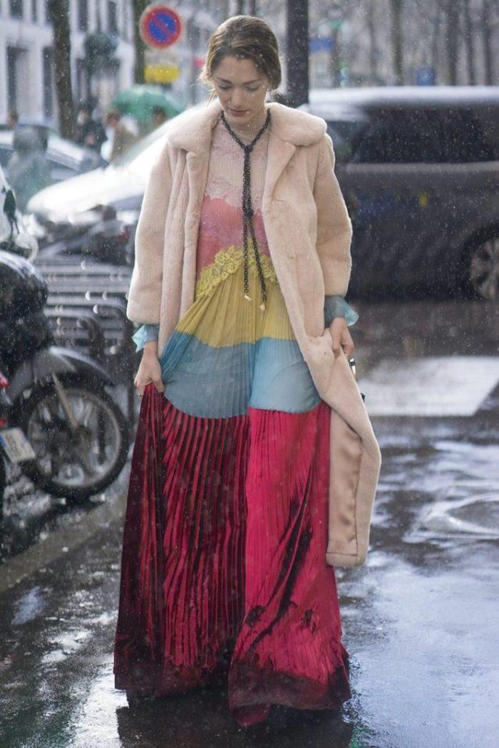 Longue manteau fausse fourrure rose, la mode hiver 2020 femme, inspiration tenue chic femme, longue robe trois couleurs jupe plissée