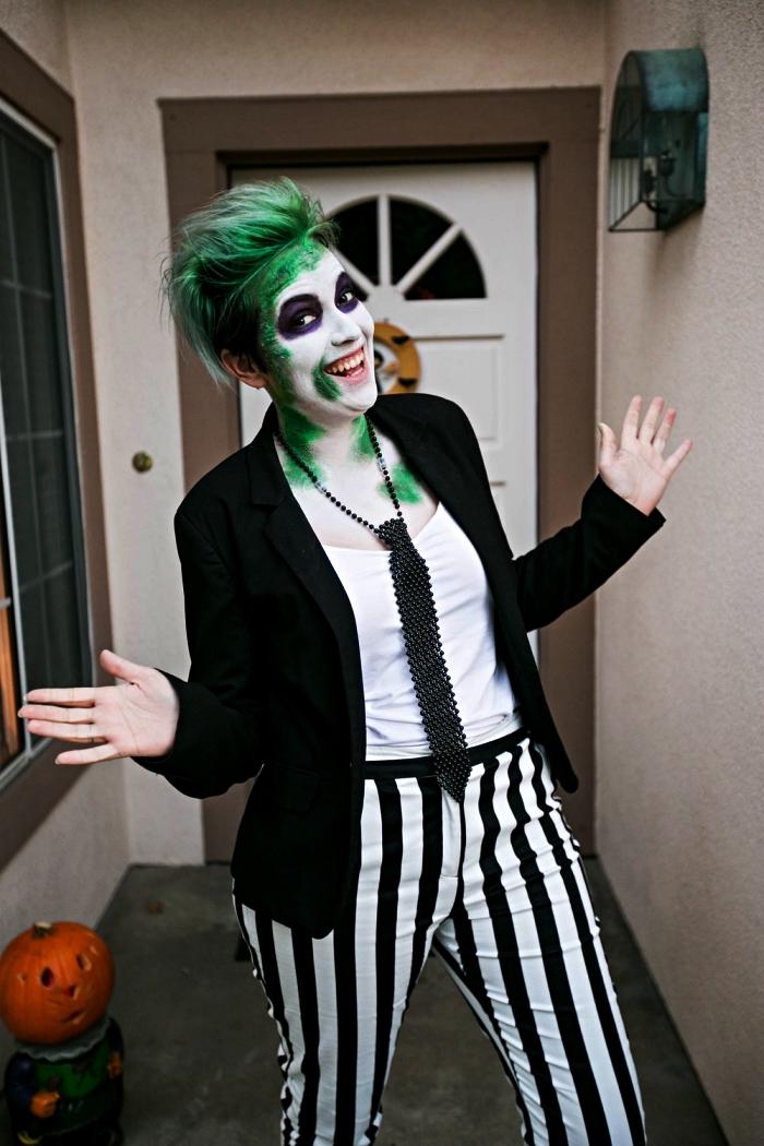 idée déguisement effrayant en beetlejuice composé de pantalon rayé en noir et blanc, veste noire et cravate, maquillage d'hallowen fantôme