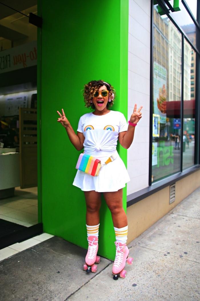 déguisement disco femme composé de jupe patineuse, t-shirt arc-en-ciel et patins à roulettes