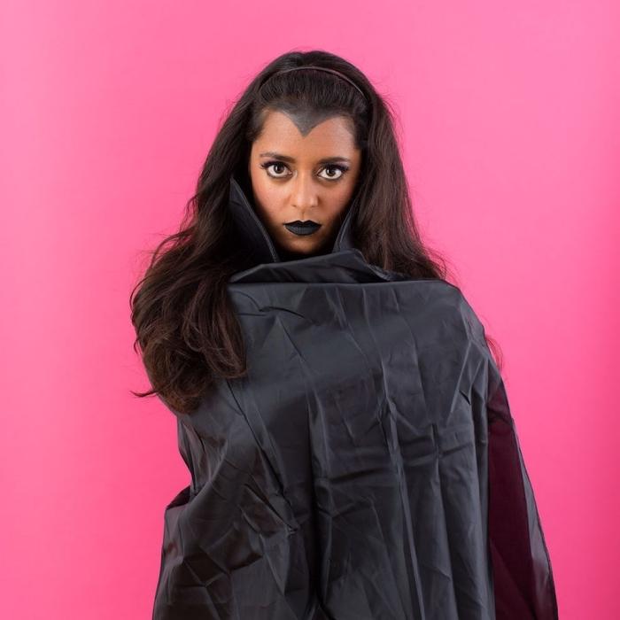 exemple comment se déguiser en vampire femme, tenue femme vampire DIY avec cape noire et robe courte, maquillage halloween vampire