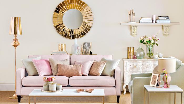 peinture murale couleur creme, teinte ecru, canapé rose clair, coussins rose, gris et saumon, table blanc et laiton, ambiance romantique