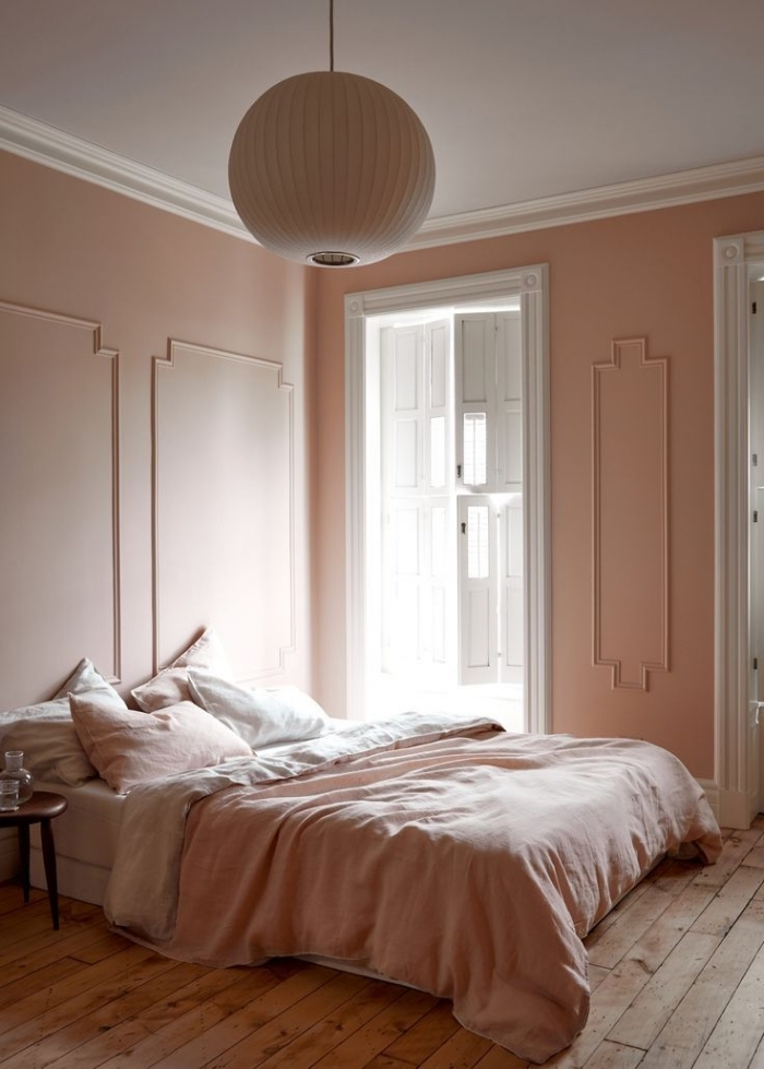 deco chambre romantique de style minimaliste, exemple de chambre rose au plafond blanc avec plancher bois