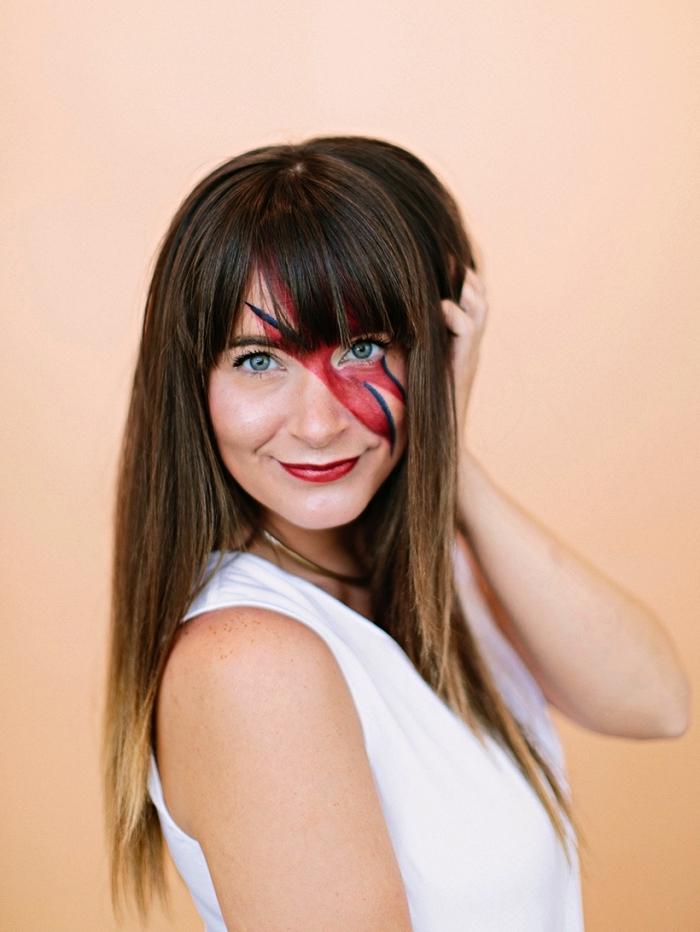 maquillage d'halloween facile pour un deguisement pas cher, déguisement david bowie avec maquillage éclair en rouge et bleu