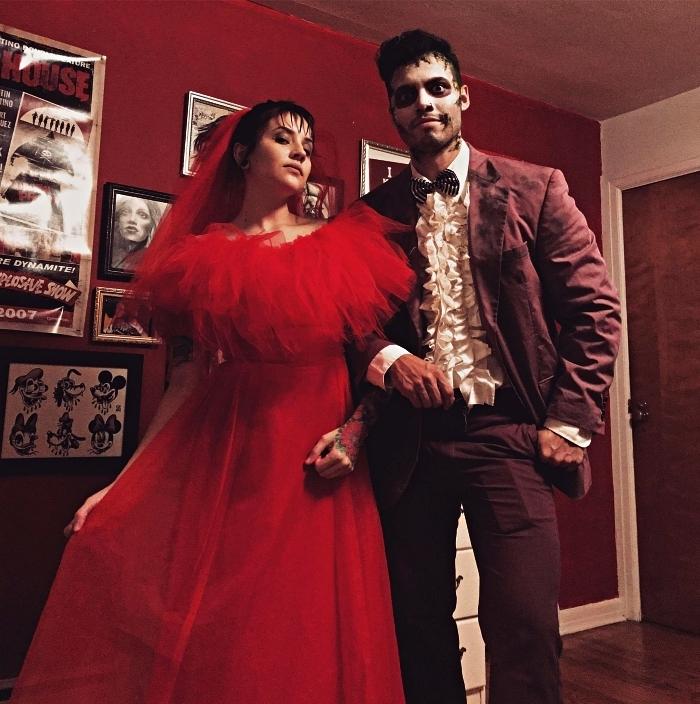 déguisement de couple pour halloween, lydia deetz en robe de mariée rouge et beetlejuice en tailleur rétro des années 80