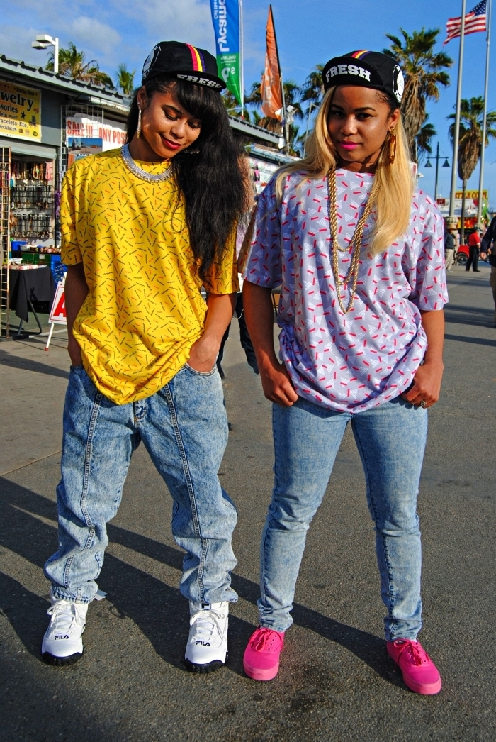 habit année 80 pour look hip-hop des années 80, tenue en jean vintage et t-shirt oversize imprimé