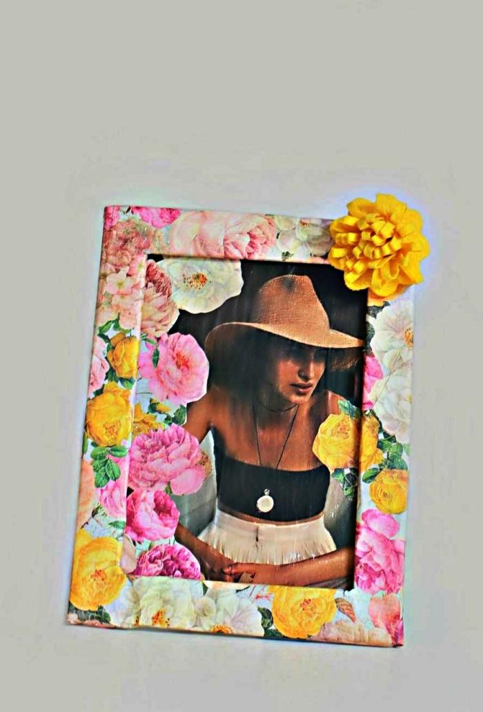 habiller un cadre photo de papier à imprimé floral, activité manuelle de printemps pour créer un objet déco