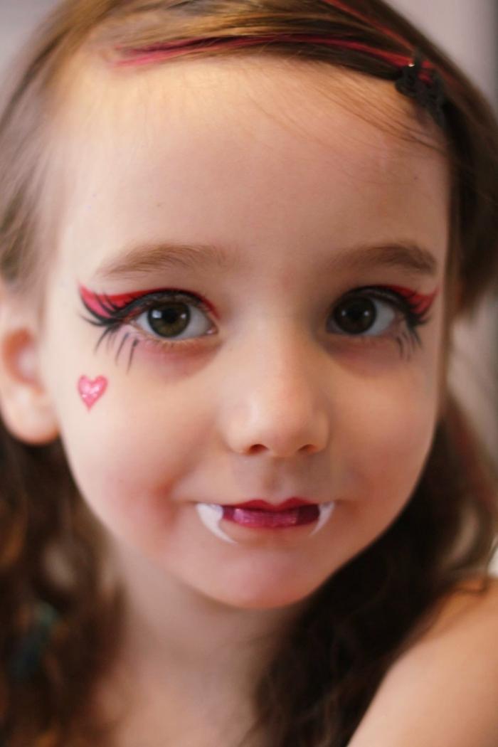 exemple de maquillage halloween simple pour petite fille, makeup halloween vampire avec rouge à lèvre rouge