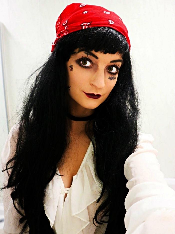 idée maquillage halloween facile pour un look de pirate femme, maquillage des yeux avec crayon noir