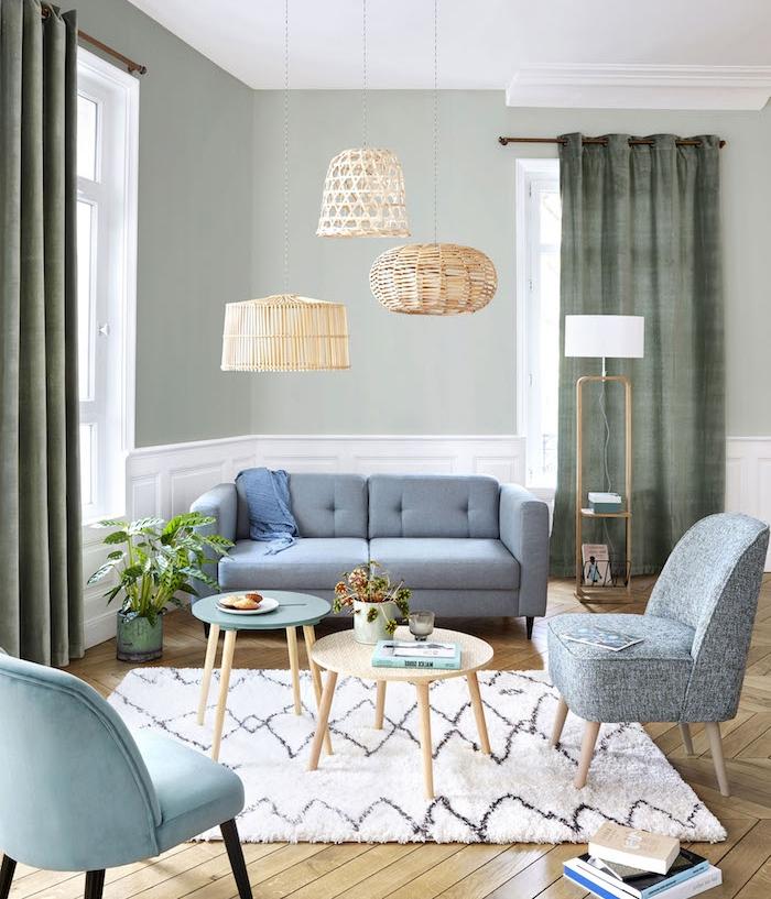 murs de couleur gris clair pour amenager un salon scandinave gris et blanc avec parquet bois clair, tables gigognes, suspensions basses orientales