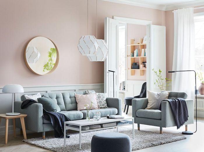 deco salon gris et rose avec de smurs en rose pastel, suspensions papier basses, canapé et fauteuil gris, table basse blanche, tapis gris, portes blanches