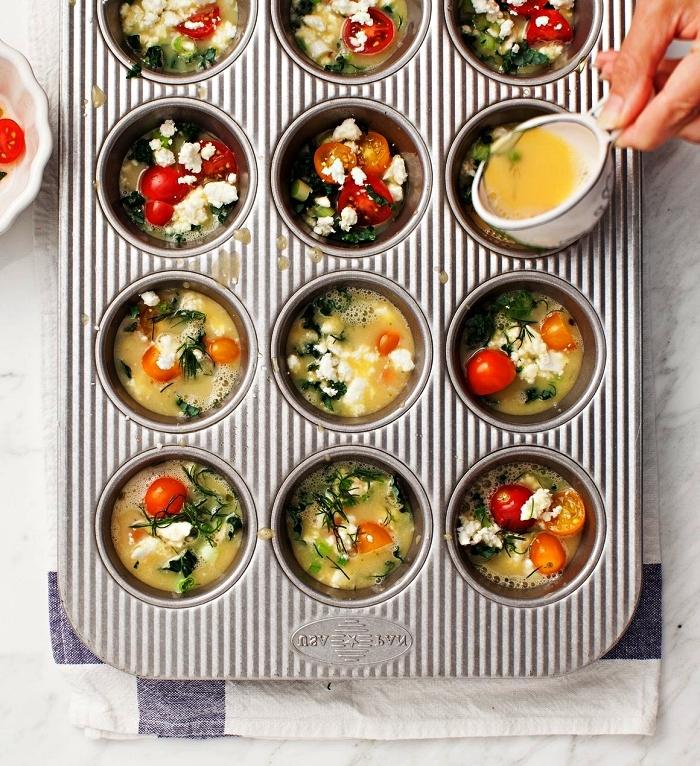 recette de mini-frittatas végétariennes aux légumes et fromage, idée de recette pour le petit-déjeuner, mini-quiche légère aux oeufs et légumes