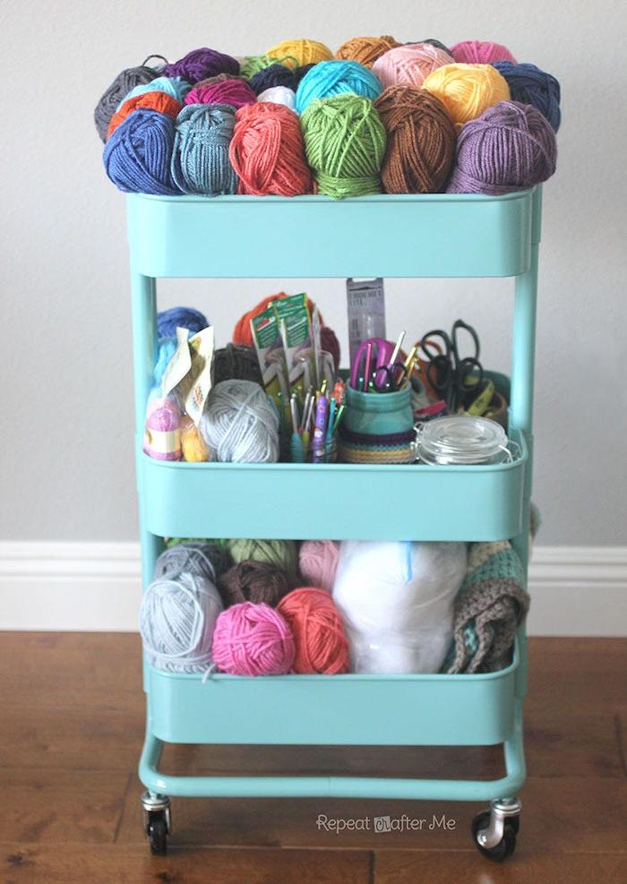 matériel tricotage en pelotes de laine, ciseaux, aiguilles et autres outils pour tricoter, idee deco recup