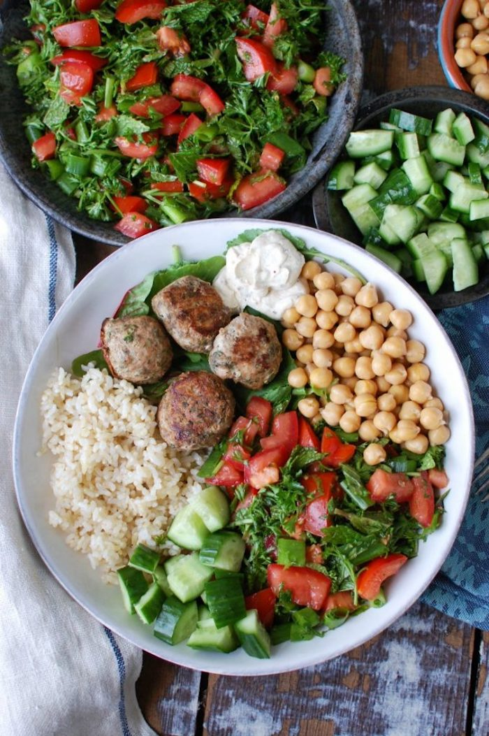 repas équilibré semaine, salade composée de concombres, tomates, pois chiche, riz blanc, boules de viande et sauce tahini