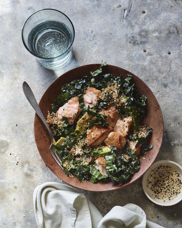 que faire a manger ce soir, idée de repas simple de salade de chou fleur au saumon fumé dans une assiette vintage