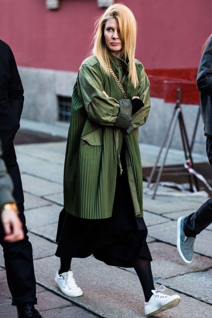 Femme blonde avec bonne coiffure cheveux lisses, idée tenue classe femme, avoir de la swag, tenue cosy avec robe noire longue et manteau vert impermeable