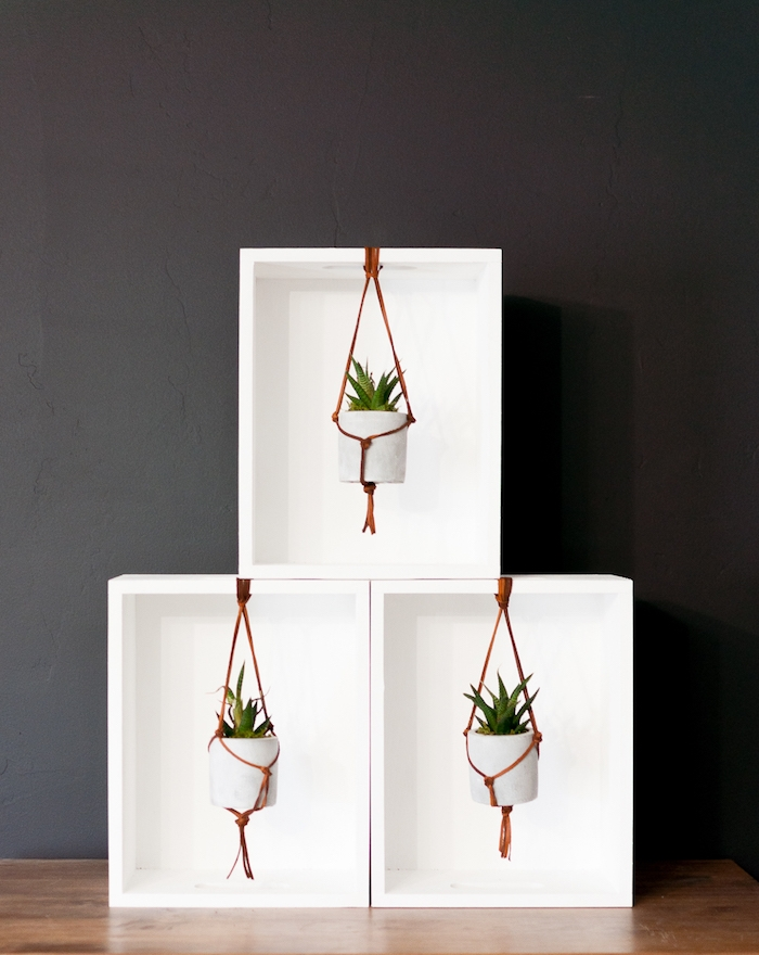 Idée rangement de trois boites en bois peintes en blanc, relooking meuble, quelle peinture pour repeindre un meuble en bois