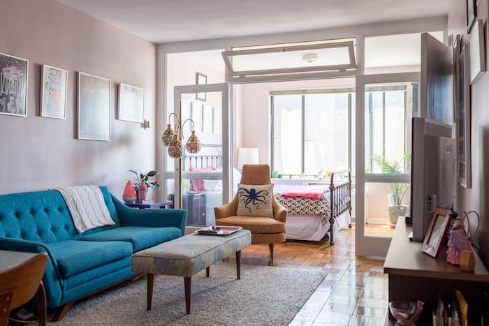 couleur mur rose clair, canapé bleu canard sur tapis gris, idee deco studio 20m2 avec verriere interieur