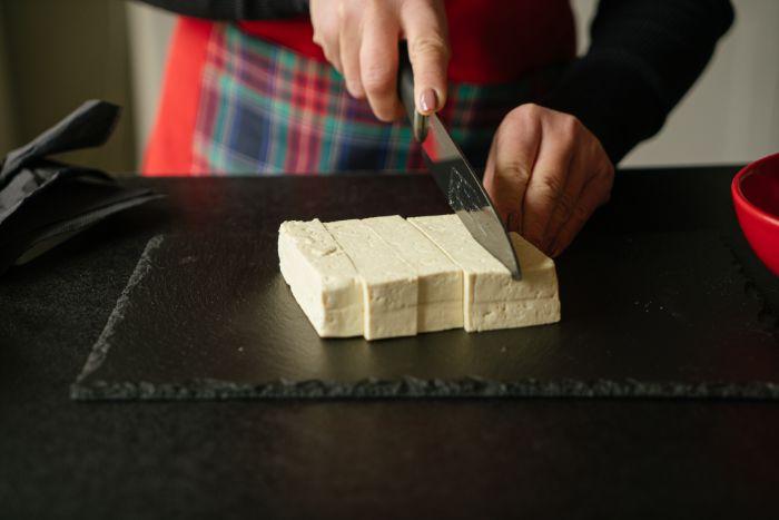 couper le tofu en cubes, idee comment couper tofu pour se preparer un reaps du soir vegan rapide