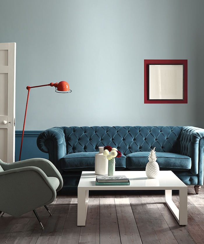 couleur bleu de gris pour creer profondeur dans salon, idée peinture salon originale, canapé bleu pétrole, fauteuil gris, parquet bois brut, table basse blanche