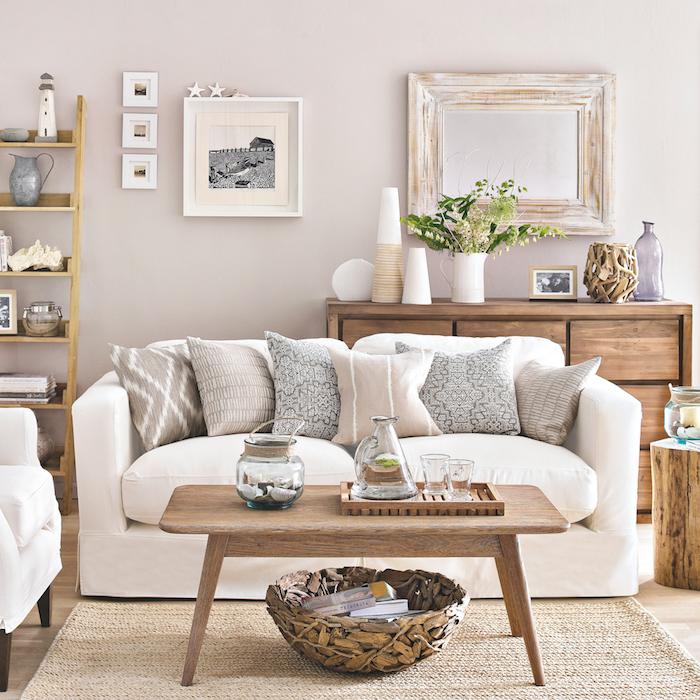 deco salon campagne chic avec murs gris perle, canapé blanc avec coussins gris et beige, table basse bois, tapis jonc de mer, mobilier vintage