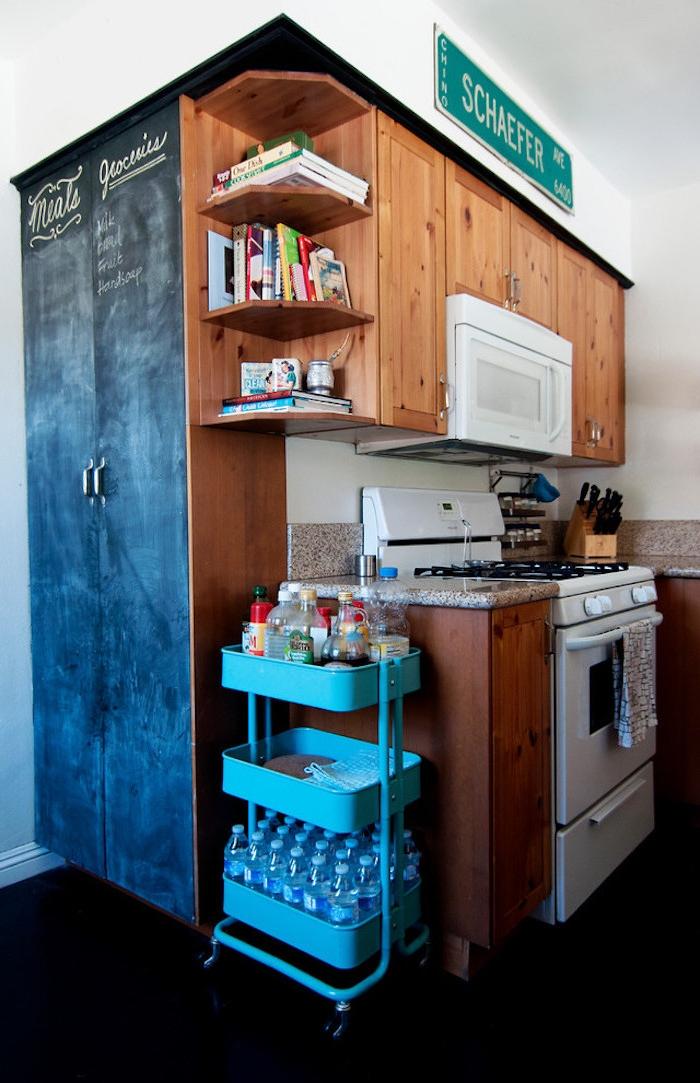 rangement épices et bouteilles d eau minérale à coté d une kitchenette en bois, armoire peinture ardoise à la craie, ikea hacks idée originale