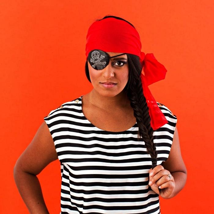 déguisement pirate femme à faire soi-même, costume de pirate facile composé d'un t-shirt rayé, d'un cache-oeil-et d'un foulard rouge