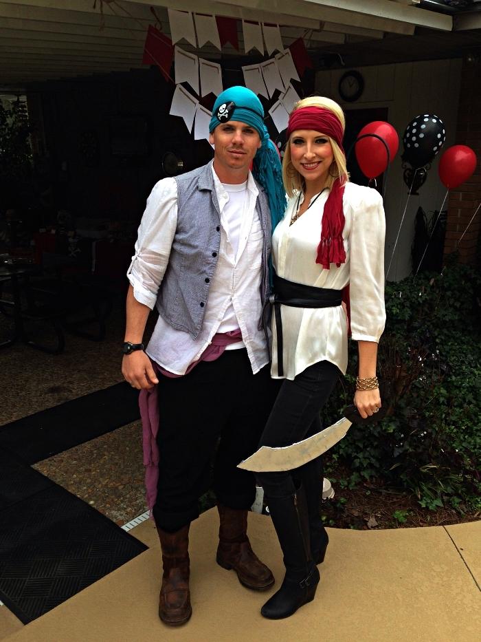 deguisement halloween adulte pour couple, femme et homme pirates portant des chemises blanches, des pantalons noirs et des foulards