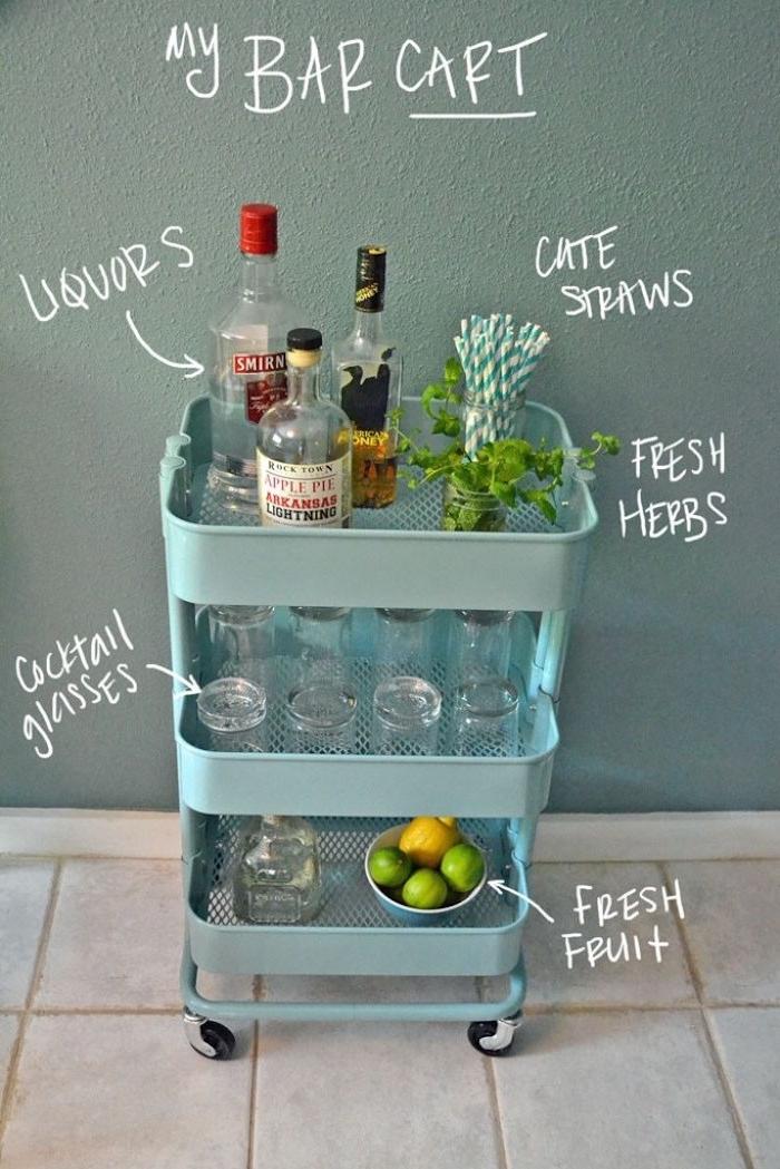 idée mini bar fabriqué dans une desserte ikea bleue avec verres, bouteilles et fruits pour faire un cocktail